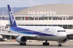 ANA B767-300と高松空港