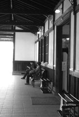 汽車を待つ人