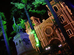 カルデロン像と大聖堂
