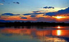 清流に映える夕陽