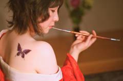 右肩に紫蝶々