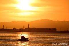 夕焼けに照らされた海の上