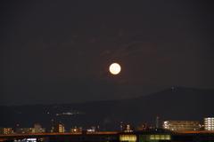 大阪夕日からの満月