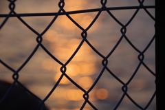夕焼け 金網の向こう1