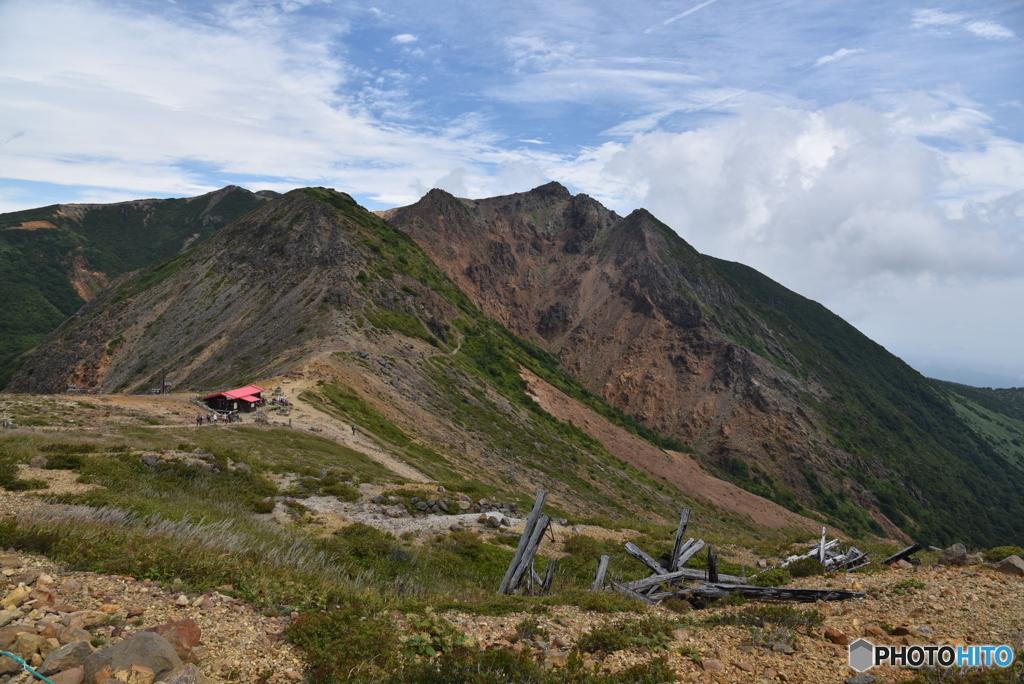 朝日岳と峰の茶屋避難小屋