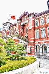 日の丸と東京駅丸の内口駅舎