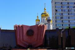 戦没者慰霊碑と教会