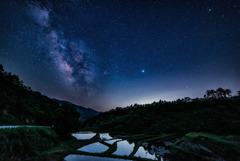 満点の星照らす棚田