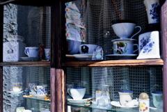 窓越しに並ぶカフェカップ