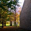 洋館と秋の木々
