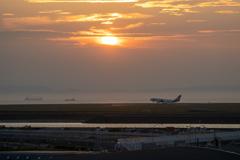 夕日と到着便