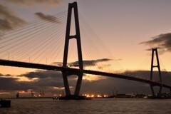セピア色の斜張橋