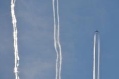 上空の三本線。