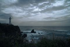 荒れる大王崎灯台