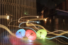 和傘に舞う光の芸術