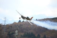 富士に舞う鉄の鳥