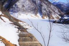 ダム湖はまだ凍る・・