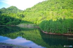 七時前のダム湖
