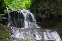 平和の滝で