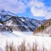 積雪のダム湖
