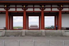 平城宮跡・朱雀門越しの第一次大極殿