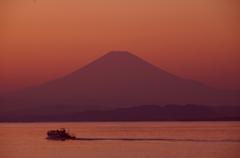 夕闇に浮かぶ富士