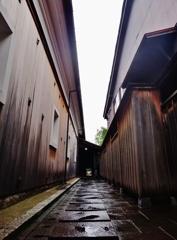 第千九百五十一作  「蔵のあいだの 路地がまつすぐ」 富山県岩瀬