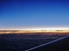 第二千百八十七作 「陽と陰との 狭間を飛ぶ」 岩手県花巻上空
