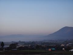 第二千三百二十六作 「朝霧の 阿蘇の 朝湯にだんぶり」 熊本県南阿蘇