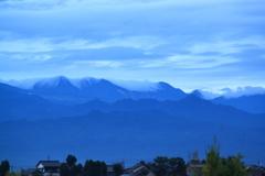 果たして台風の行方は・・静かな朝の山の峰々