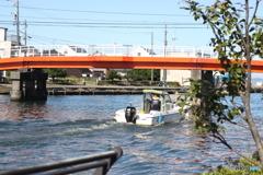 釣り人の希望をのせて運河を行く