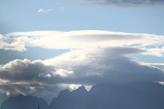 雲の流れが速い今朝の立山剱岳