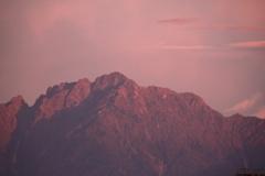 夕焼けで珍しい色合いの剱岳