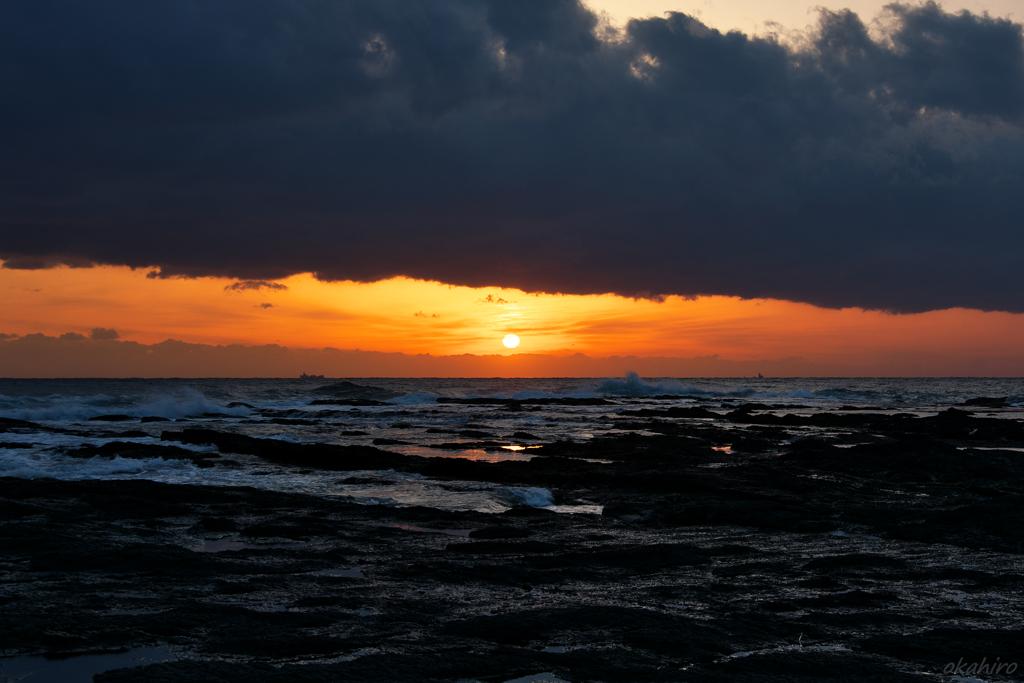 低い雲から夕陽がおちてきた
