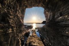 洞窟からの夕陽