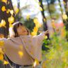 体全体で秋を受け止める2歳児
