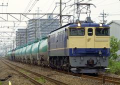 原色白プレのタンカー列車