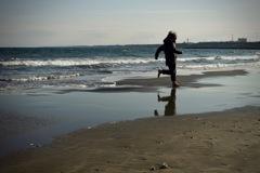 冬の海で、はしゃぐ人(大人は凍える)