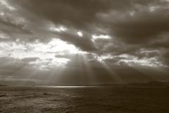 曇り空光芒