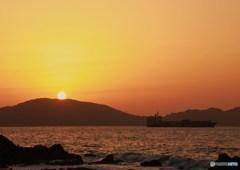 貨物船と夕焼け