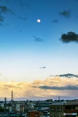 夕暮れどきの月