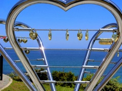 広大な海に二人の愛を誓う