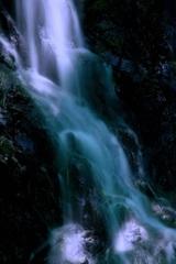 山里の小さな滝