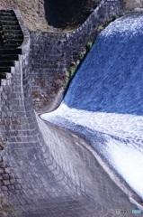 石積みのダム 左側