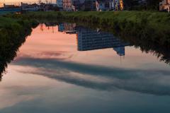 街の朝 川は流れる