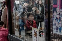 DSC03116. 人形焼 を見る少年 jpg