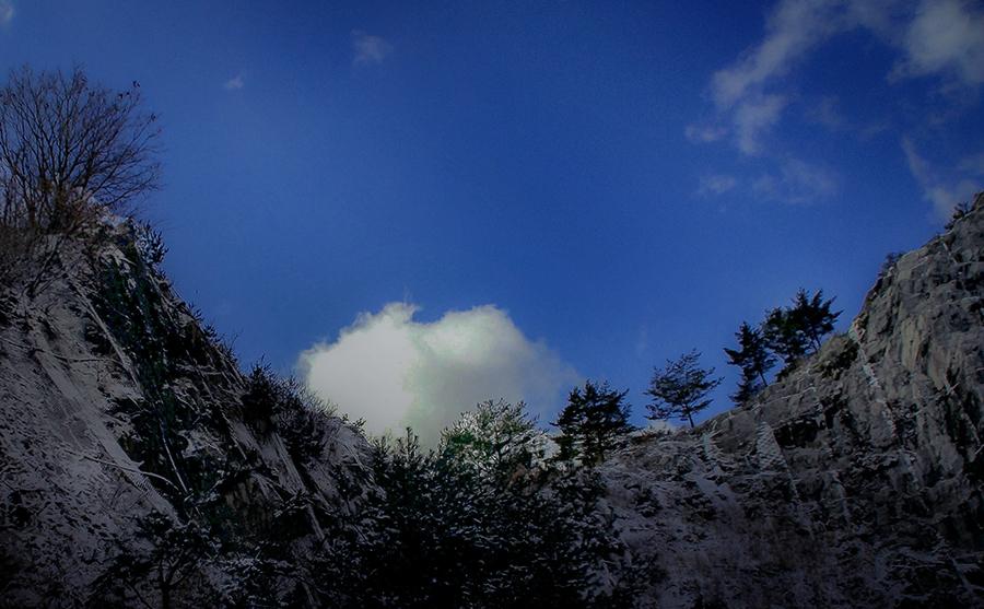 DSC04798 雪空晴れて白い雲