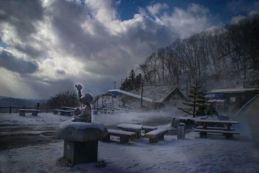 DSC04801-雪空を見る少女像