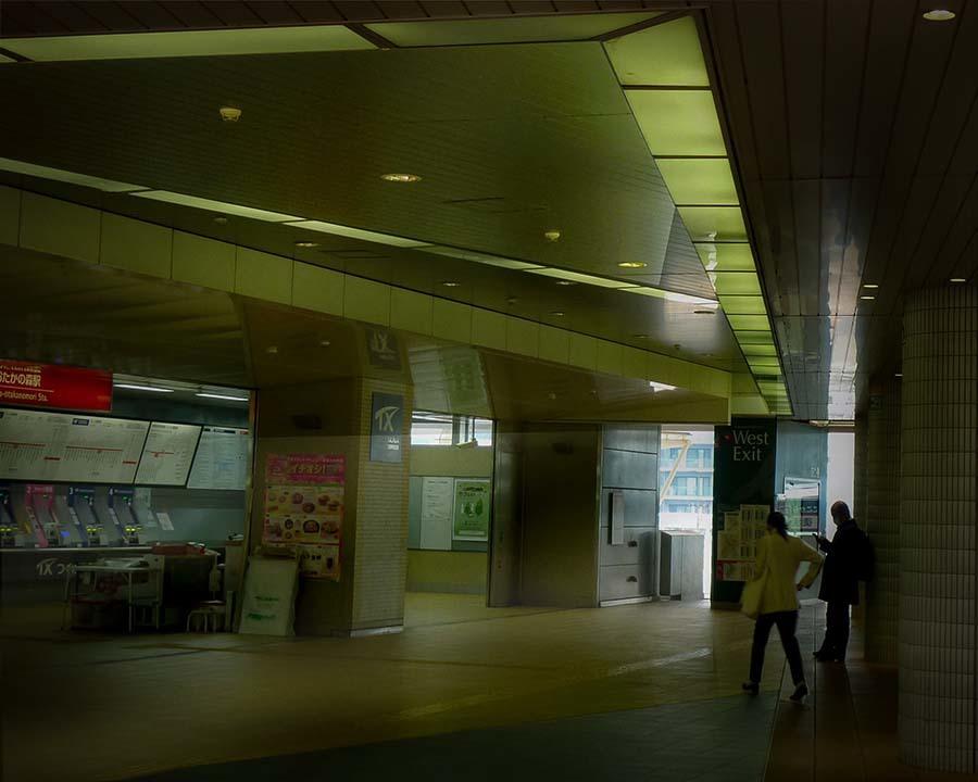 P1050385 コンコースの光の点描