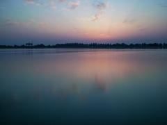誰もいない湖の朝